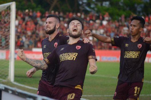 Pemain PSM Makassar Marc Anthony Klok (tengah) bersama rekannya Aaron Michael Evans (kiri) dan M Rahmat (kanan). ANTARA/Sahrul Manda Tikupadang