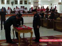 Ketua DPRD Wiyadi menandatangani pengesahan tiga Raperda menjadi Perda disaksikan Wakil Ketua dewan dan Walikota Herman HN.