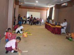 Peserta lomba kriya FLS2N Provinsi Lampung 2019 sedang membuat karya.