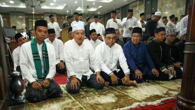 Wakil Presiden Jusuf Kalla temani Ustad Abdul Somad jelang mengisi tausiyah di Masjid Agung Sunda Kelapa, Jakarta, 4 Februari 2018. Foto/Biro Pers Sekretariat Wakil Presiden