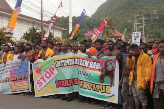 Aksi demontrasi mahasiswa dan rakyat Papua melawan diskriminasi rasis terhadap mahasiswa Papua di Malang dan Surabaya berlangsung di Jayapura, Senin (19/8/2019) – Jubi/Agus Pabika.