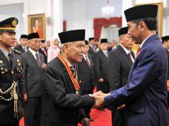 Presiden memberikan selamat usai acara Penganugerahan Gelar Tanda Kehormatan Republik Indonesia di Istana Negara, Jakarta, Kamis (15/8). Foto: Sekretariat Kabinet