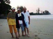 Anshori Djausal (kanan) bersama istri, Herawati Soekardi Djausal (tengah) di pantai Pulau Tegal (Foto: Istimewa)