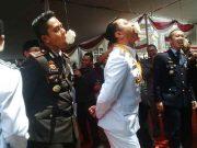 Bupati Agung Ilmu Mangkunegara (kiri) dan Kapolres AKBP Budiman Sulaksono kesulitan dalam melahap kerupuk