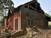 Seorang pria memungut tiang kayu rumahnya yang rusak akibat diguncang gempa di Kampung Karoya, Mandalawangi, Pandeglang, Banten, Sabtu, 3 Agustus 2019. Gempa bermagnitudo 6,9 yang mengguncang Kabupaten Pandeglang pada Jumat (2/8) mengakibatkan ratusan bangunan rusak. ANTARA