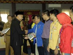 Bupati Agung Ilmu Mangkunegara menyerahkan bantuan dana hibah partai politik, Selasa (6/8/2019).