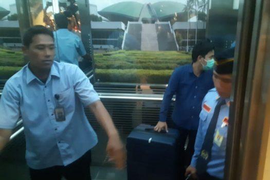 Petugas KPK menenteng koper setelah 3,5 jam menggeledah ruang kerja Anggota Dewan Perwakilan Rakyat Komisi VI Fraksi Partai Demokrasi Indonesia Perjuangan, Nyoman Dhamantra, tersangka dugaan suap impor bawang, Senin (12/8/2019) - Bisnis/Jaffry Prabu Prakoso