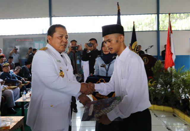 Gubernur Arinal Djunaidi menyerahkan surat remisi kepada salah seorang penghuni Lapas.