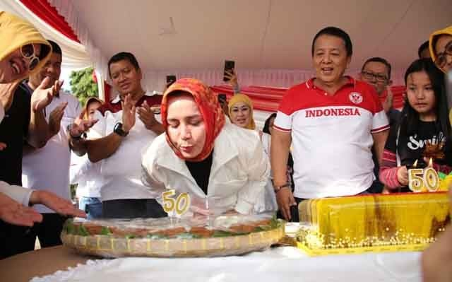 Riana Sari Arinal meniup lilin untuk ulang tahunnya yang ke-50.