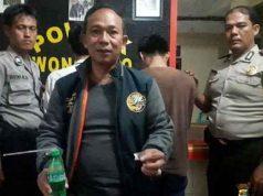 Kapolsek Wonosobo Iptu Amin Rusbahadi menunjukkan barang bukti milik para terduga kasus sabu-sabu. (Foto: Polres Tanggamus)