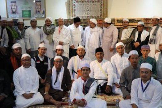 Imam besar FPI Rizieq Shihab menerima kunjungan keluarga almarhum Mbah Moen di kediamannya di Mekah, Arab Saudi/ Dok Istimewa