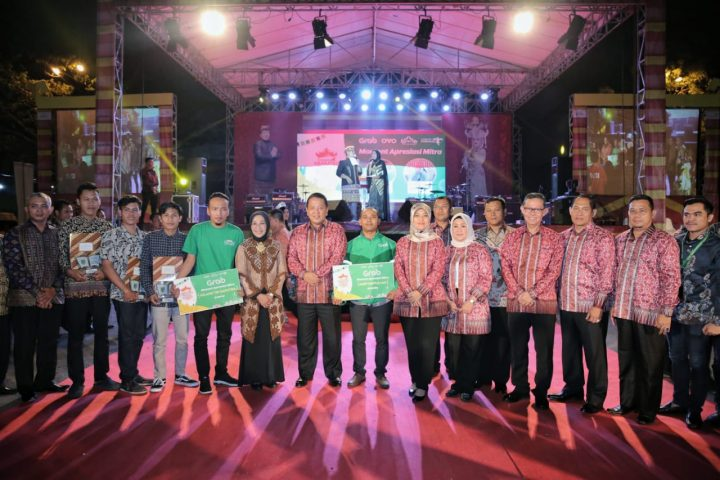Pemberian penghargaan untuk para juara lomba dan mitra LKF 2019.