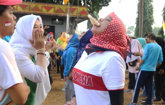 ASN Pemprov Lampung mengikuti lomba makan kerupuk.