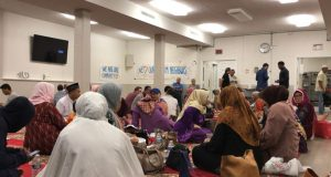 Warga Muslim Indonesia berbuka puasa Arafah bersama di Masjid Imaam Center, di Silver Spring, negara bagian Maryland, dengan suguhan berbagai makanan khas Indonesia, Sabtu, 10 Agustus 2019. (Foto: Gandira Pratama, Yogi Leksono/VOA)