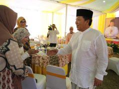 """Gubernur Arinal Djunaidi menyalami para tamu pada acara """"open house"""" di rumah pribadinya."""