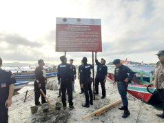 Pemasangan plang di tempat wisata Pantai Sari Ringgung, Selasa, 6 Agustus 2019.