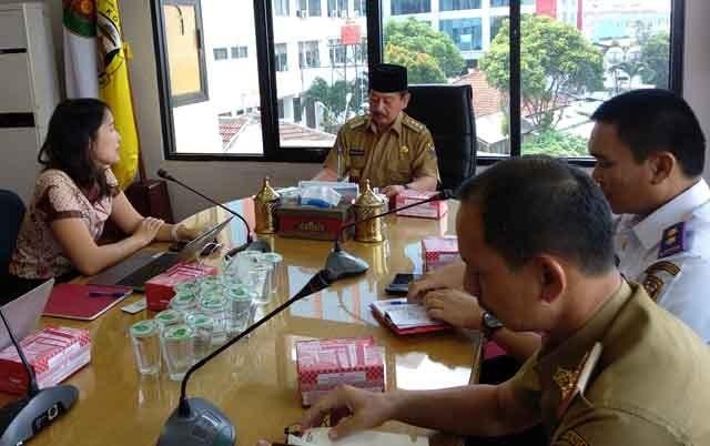 Pertemuan Walikota Herman HN dengan Kepala Distrik Gojek Sumatera Selatan Erika Agustin membahas kerjasama Pemkot Bandarlampung dan Gojek.