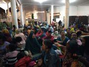 Warga pesisir pantai Bandarlampung mengungsi di Masid Al Furqon Bandarlampung, Jumat malam (2/8/2019).