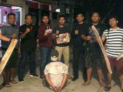 Polisi menunjukkan batang kayu yang dipakai para perampok untuk merampok di ruas tol Terbanggi Besar, Lampung Tengah (Foto: dok Polres Lampung Tengah)