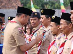 Penyematan pin kepada para pembina pramuka yang dilakukan oleh Bupati Agung Ilmu Mangkunegara
