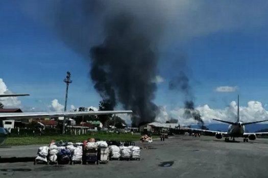 Demo Anarkis, Bandara Wamena Ditutup
