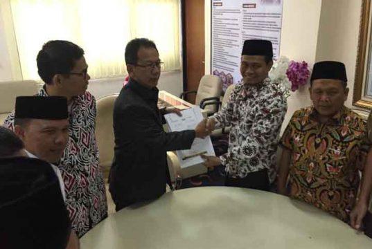 Ketua Fraksi PKS DPRD Lampung Ahmad Mufti Salim menyerahkan susunan pengurus Fraksi PKS DPRD Lampung kepada ketua sementara DPRD Lampung, Mingrum Gumay, Senin, 9 September 2019.