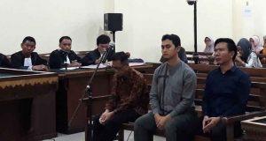 Mantan Bupati Mesuji, Khamami (kemeja cokelat) tertunduk lesu saat hakim membacakan vonis.