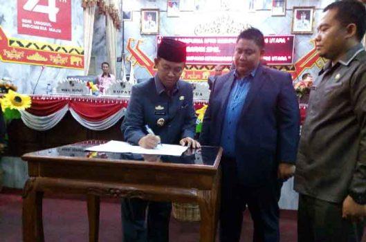 Penandatanganan kesepakatan bersama antara kepala daerah dan Ketua DPRD Lampung Utara atas RPJMD 2019-2024, Senin malam, 30 September 2019.