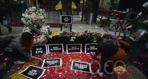 Aktivis yang tergabung dalam Koalisi Masyarakat Sipil Anti Korupsi menaburkan bunga diatas peti mati KPK, di gedung KPK, Jakarta, Jumat, 13 September 2019. Aksi ini digelar setelah tiga pimpinan KPK mengembalikan mandat kepada Presiden Jokowi. TEMPO/Imam Sukamto