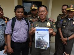 Suhardi Syamsi didampingi Sekertaris Pol PP Wisnu memperlihatkan photo milik akun Makmur For Malab.