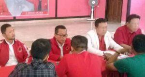 Ferdi Gunsan (kedua kanan, jas putih) mengambil formulir penaftaran calon Walikota Bandarlampung di Kantror DPC PDIP Bandarlampung, Jumat (13/9/2019).