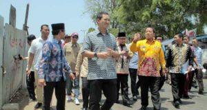 Gubernur Arinal Djunaidi (kemeja kuning) meninjau calon lokasi pembangunan masjid di Kelurahan Enggal, Bandarlampung.