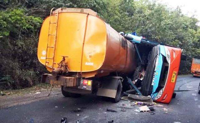 Posisi dan kondisi Bus Rosalia Indah setelah bertabrakan dengan truk tangki CPO di Waytuba Kabupaten Way Kanan, Senin (19/9/2019). Foto: dok Polres Waykanan