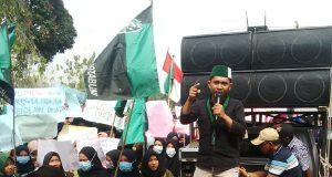 Suasana demonstrasi dari HMI dan pemuda Lampung Utara di gedung DPRD