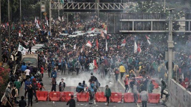 Suasana ricuh aksi unjuk rasa di depan Kompleks Parlemen, Jakarta, Selasa, 24 September 2019. Aksi demonstrasi mahasiswa menolak RUU bermasalah mulai ricuh sekitar pulul 16.15 WIB. TEMPO/Hilman Fathurrahman W