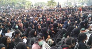 Mahasiswa di Kota Malang menggelar aksi penolakan terhadap RUU yang bermasalah di depan Gedung DPRD Kota Malang. TEMPO/Eko Widianto