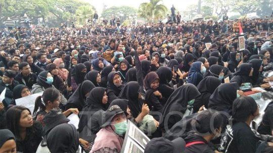 Tolak RUU Bermasalah, Ribuan Mahasiswa Malang Kepung Gedung DPRD