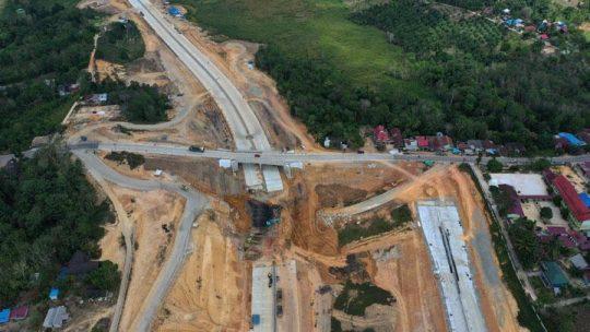 Foto udara proyek pembangunan jalan Tol Balikpapan-Samarinda yang melintasi wilayah Samboja di Kutai Kartanegara, Kalimantan Timur, Rabu, 28 Agustus 2019. Ibu kota baru itu akan terletak di dua kabupaten yang ada di Kalimantan Timur. ANTARA