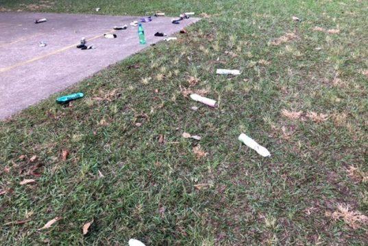Produk kaleng deodoran yang disalahgunakan berserakan di sebuah taman di Brisbane (Queensland). (ABC News: Allyson Horn)