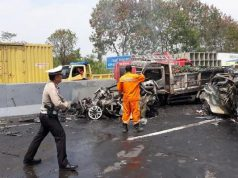 Polisi dan tim SAR bergerak cepat untuk mengevakuasi korban kecelakaan beruntun di Tol Cipularang, Senin, 2 September 2019. (dok Polri)
