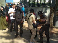 Mahasiswa yang menjadi korban kekerasan pada demo di Kantor DPRD Sultra dibawa ke rumah sakit (Foto: kendaripost.co.id)