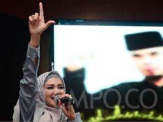 Istri Ahmad Dhani, Mulan Jameela saat mengikuti aksi solidaritas untuk suaminya di DPP Gerindra, Jakarta, 30 Januari 2019. Aksi Solidaritas Ahmad Dhani digelar sebagai bentuk kepedulian dan keprihatinan atas vonis penjara yang diterima musikus tersebut dalam kasus ujaran kebencian. TEMPO/Nurdiansah