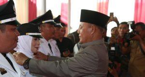 Plt Bupati Lampung Selatan H. Nanang Ermanto menyematkan pangkat kepada Kades Lebung Sari, Kecamatan Merbau Mataram