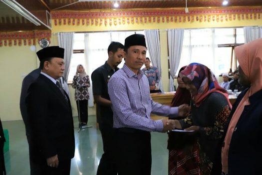 Bupati Parosil Serahkan Penghargaan untuk Pelajar Lambar Berprestasi