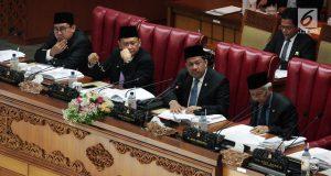 Ketua DPR Bambang Soesatyo (kedua kiri) bersama Wakil Ketua DPR Fadli Zon (kiri), Fahri Hamzah (dua kanan), dan Agus Hermanto (kanan) saat memimpin Rapat Paripurna di Jakarta, Senin (3/12). (Liputan6.com/JohanTallo)