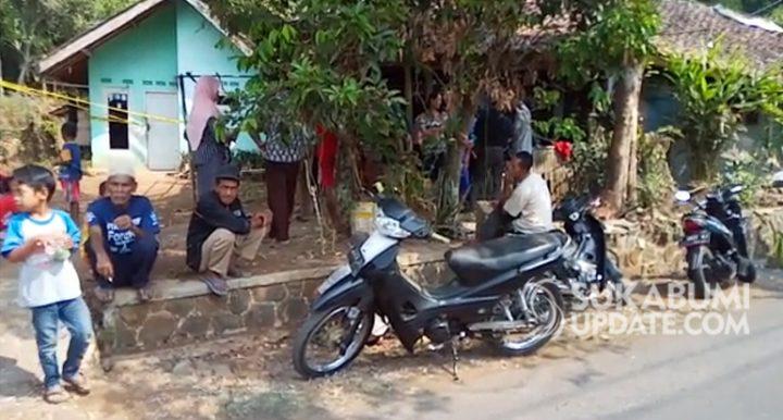 Warga berkumpul di depan rumah TKP pembunuhan Nadia di Kampung Bojongloawetan RT 004/008, Kelurahan Situmekar, Kecamatan Lembursitu, Kota Sukabumi. | Sumber Foto:Budiono via sukabumiupdate.com