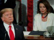 Presiden Amerika Serikat, Donald Trump, berpidato State of the Union di hadapan sesi gabungan Kongres pada Selasa, 5 Februari 2019. Ketua Fraksi Partai Drmokrat, Nancy Pelosi, duduk di belakang Trump memperhatikan. Reuters