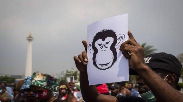 Massa yang tergabung dalam Mahasiswa Papua Anti Rasisme, Kapitalisme, Kolonialisme dan Militerisme membentangkan poster saat menggelar unjuk rasa di seberang Istana Merdeka, Jakarta, Kamis (22/8/2019). - Antara