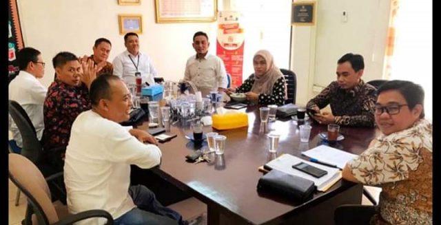 Para anggota KPU Lampung menggelar rapat pembentukan divisi-divisi, Kamis, 17 Oktober 2019.