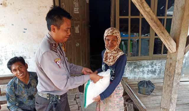 Brigpol Dwi Suwandi menyerahkan bantuan sembako warga kurang mampu atau lensia di Desa Sukamaju, Kecamatan Sidomulyo.